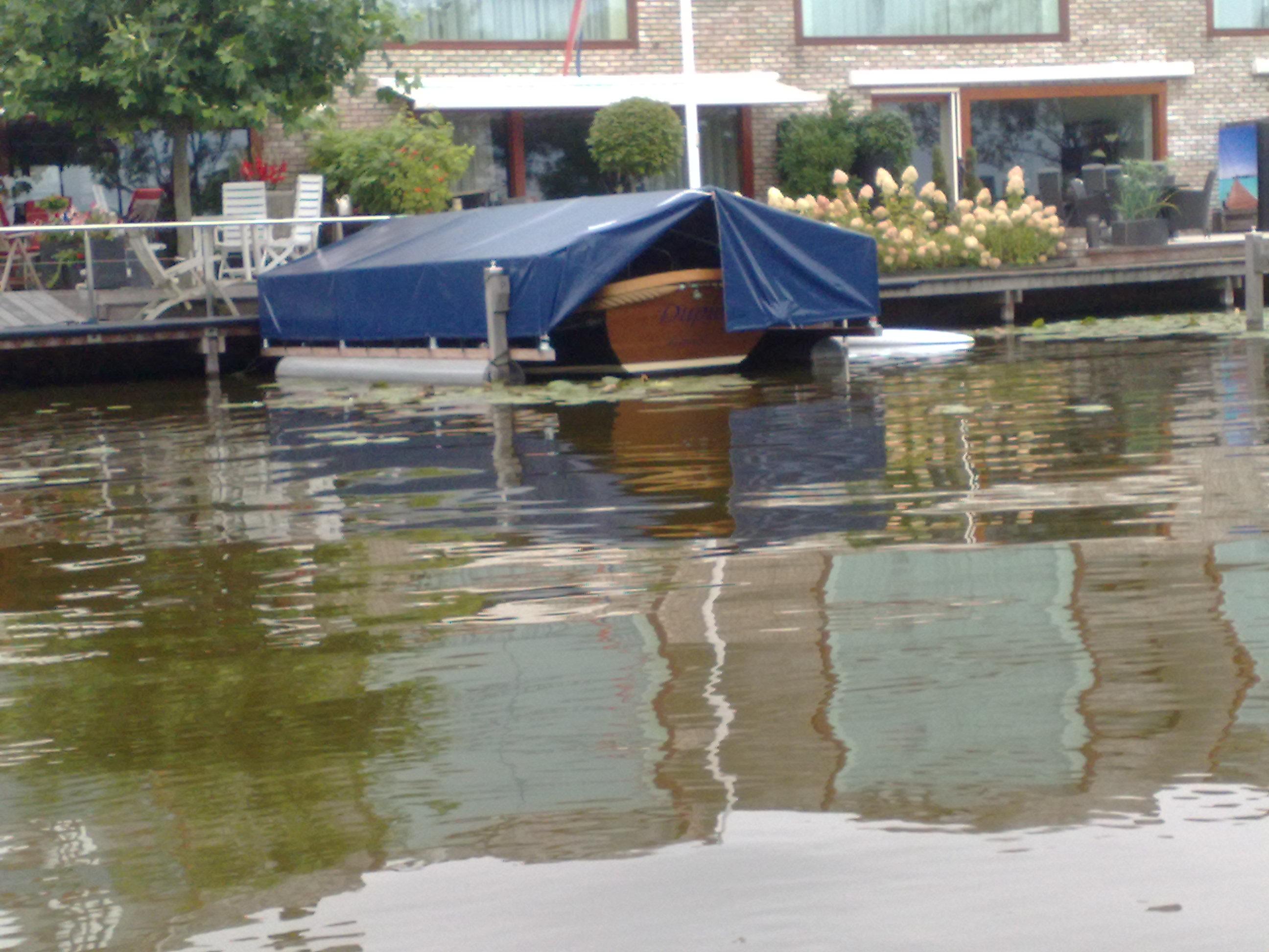 Een drijvende bootkap